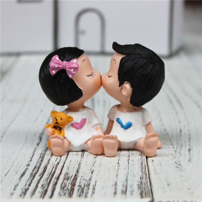 7cm Height Kiss Lovers Resin Cake Topper Romantic Couple Cake Stand