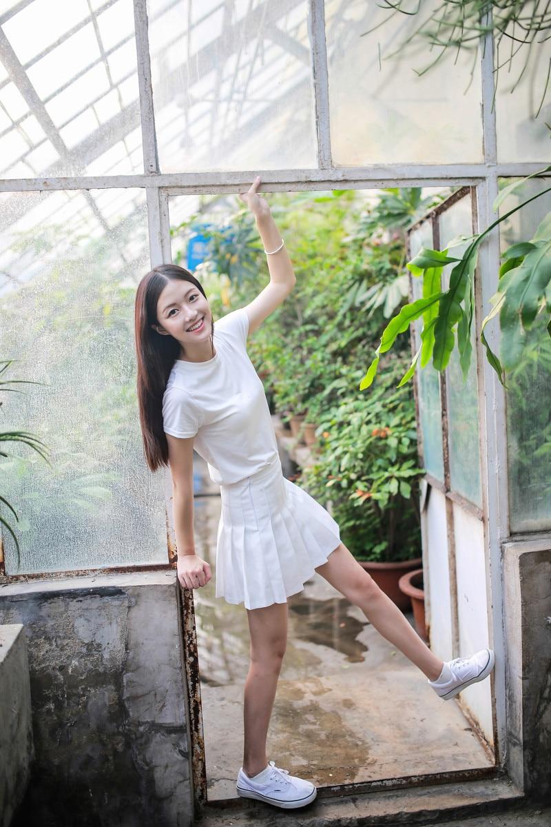 清纯美女一身白色服饰搭迷你短裙