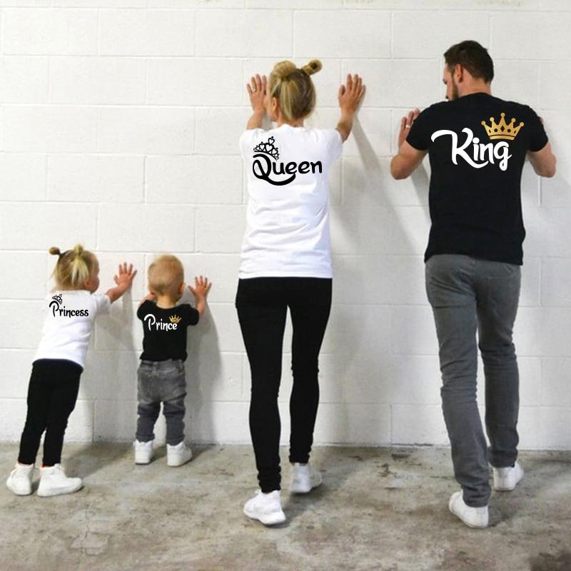 Família roupas combinando mãe pai filha filho criança tshirt família rei rainha carta impressão roupas mamãe e me topo