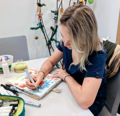 p31-1海南大学国际旅游学院外籍教师亚娜·温格尔手绘了一幅画作,希望借此鼓励大家战胜疫情,平安顺遂,留有余庆.jpg