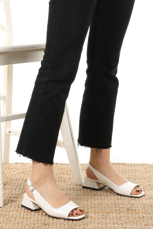 suzanne-beyaz-rugan-kisa-topuklu-sandale-7b07