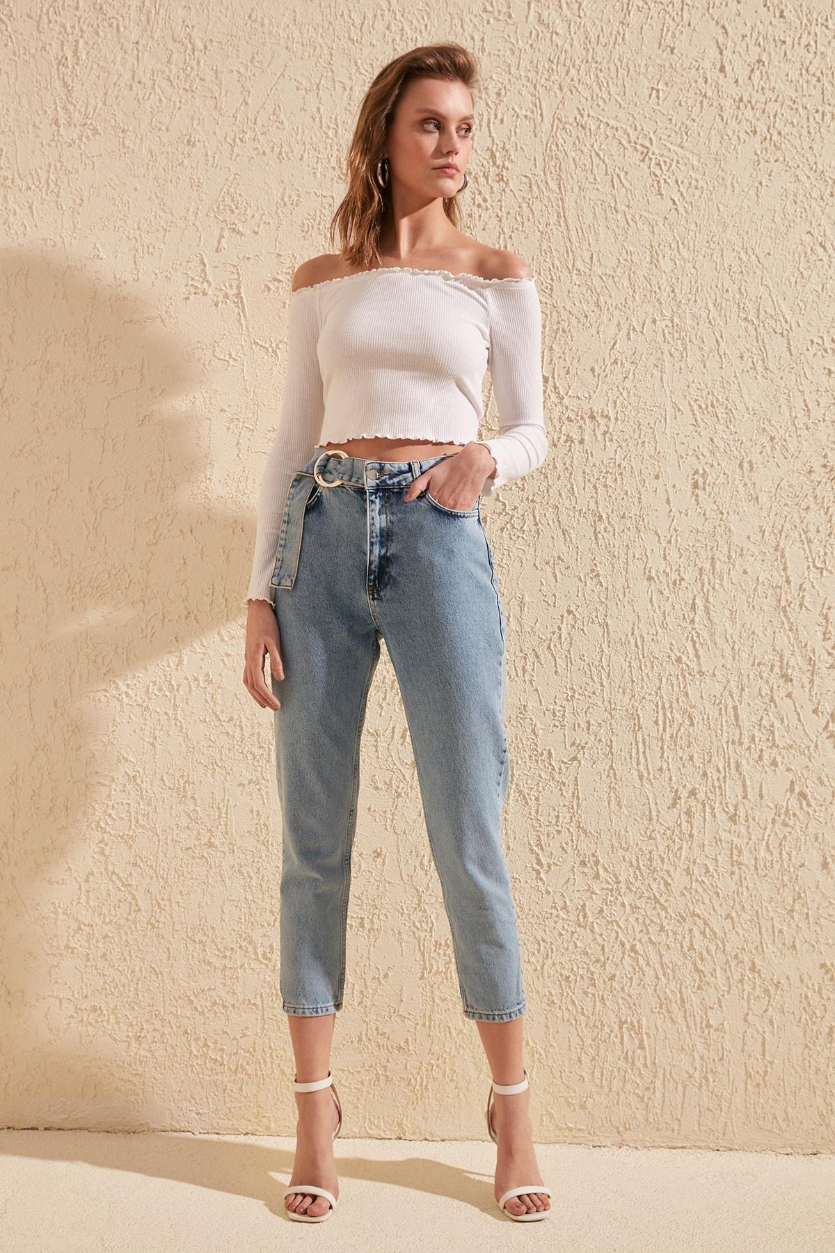 Trendyol Outdoor Belt Detail Buckled High Bel Mom Jeans TWOSS20JE0044