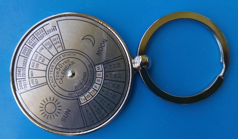 Am /_ 50 Jahre Perpetual Kalender Außen Camping Wandern Kompass Keychain Anhäng