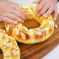 """#美食说出""""新年好""""#杏仁奶酥花环面包的做法图解22"""