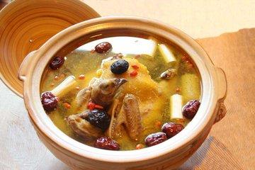老母鸡和哪些食材一起煲汤营养效果更好-养生法典