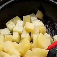 超好吃排骨-土豆蒜香排骨煲的做法图解2