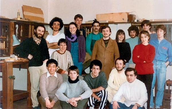 1986 年克雷莫纳国际提琴制作学校毕业生合影,前排左一为郑荃.jpg