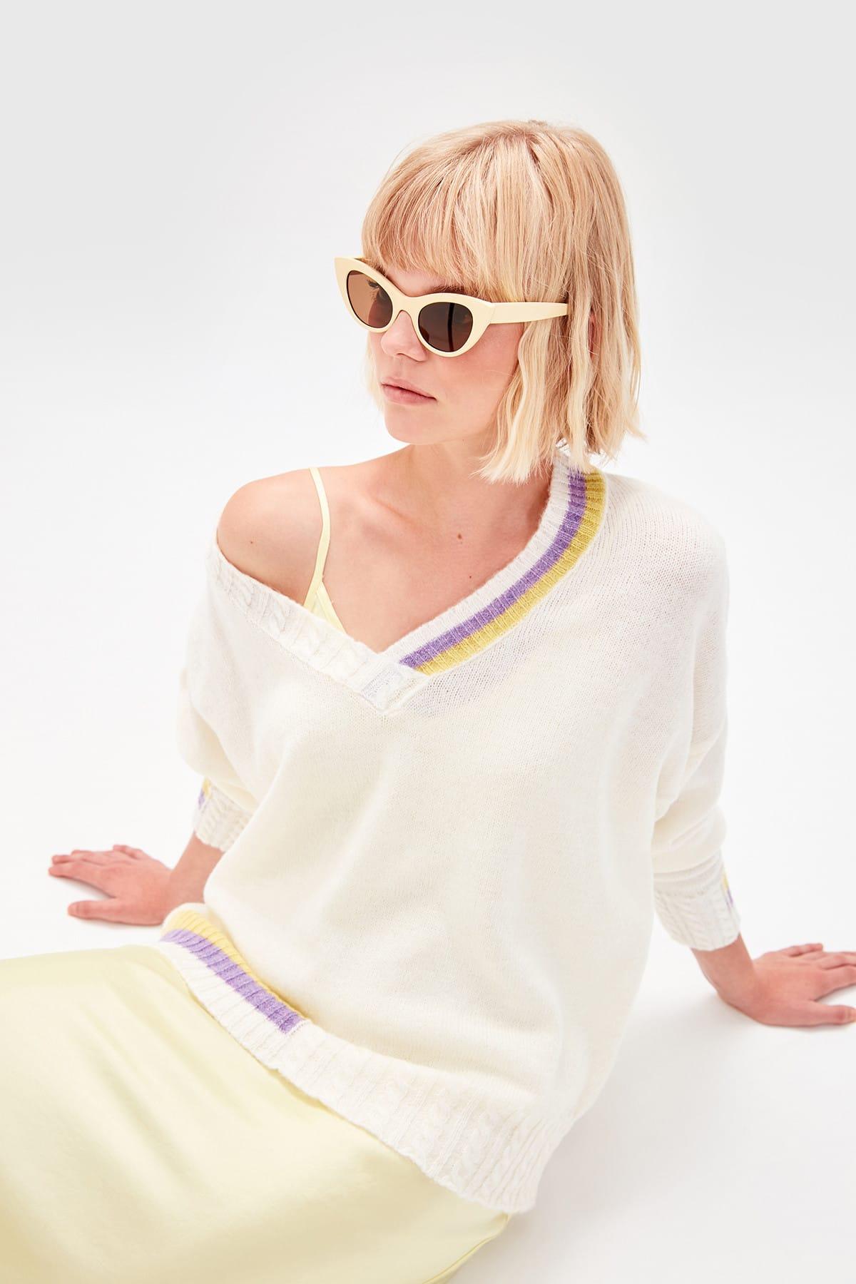 Trendyol WOMEN-Raw White V-Neck Knitwear Sweater TWOAW20ZA0059