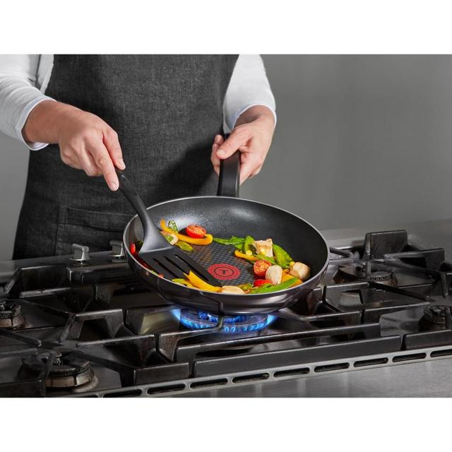 Tefal Titanium Resist Crepe Pan 25 cm-Ultra durable inner and outer surface-non-stick coating-solid handle-flame protection tech