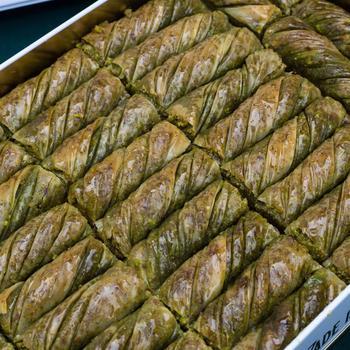 Tradycyjne świeże pyszne premium turecki baklawa z pistacją Deser baklawa turecka znana marka pistacjowa baklawa tanie i dobre opinie HAFIZ MUSTAFA TR (pochodzenie) Gotowanie pochodnie Deser narzędzia