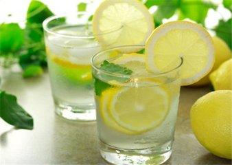 柠檬应该如何泡水 用热水泡还是凉水泡柠檬-养生法典