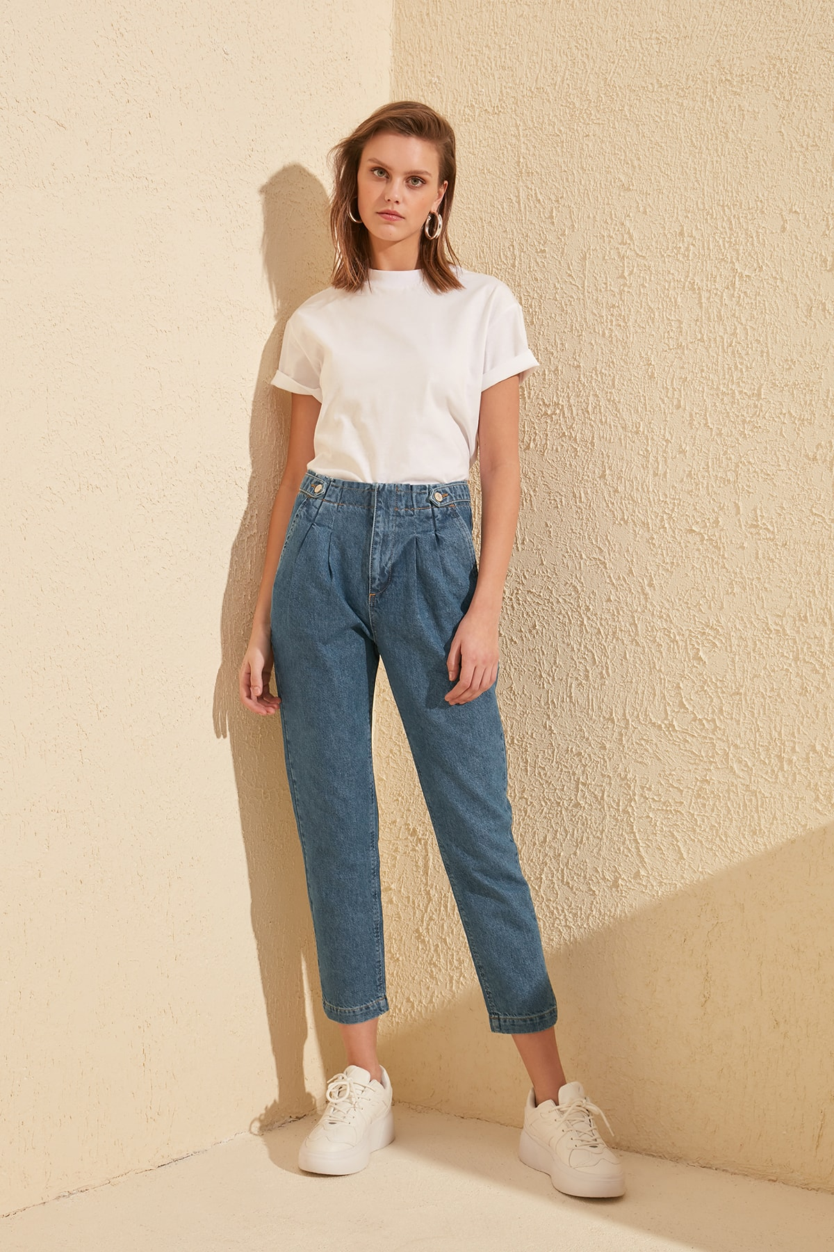 Trendyol Button Detail Pleated High Waist Mom Jeans TWOSS20JE0072