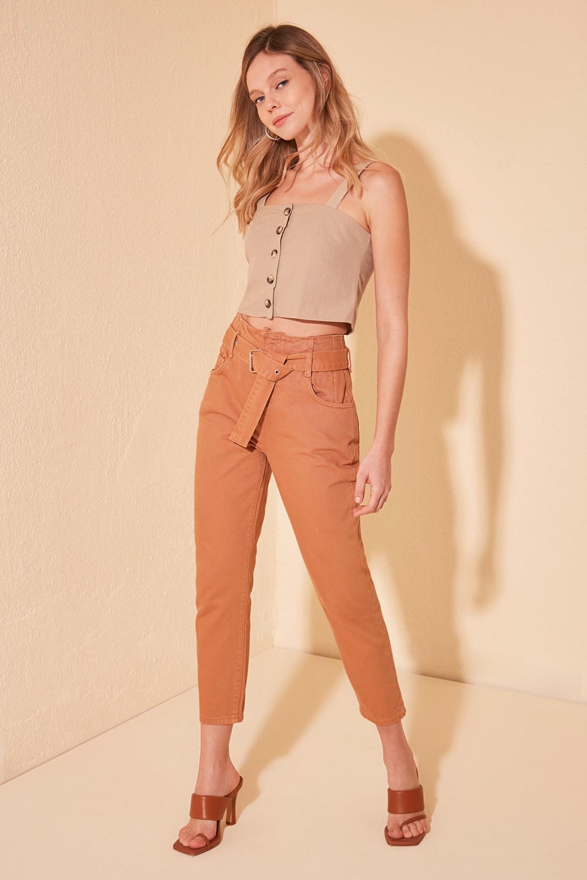 Trendyol Belt Detail High Bel Mom Jeans TWOSS20JE0391