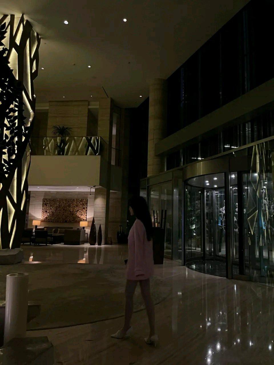 如何看待五一高级酒店的女大学生