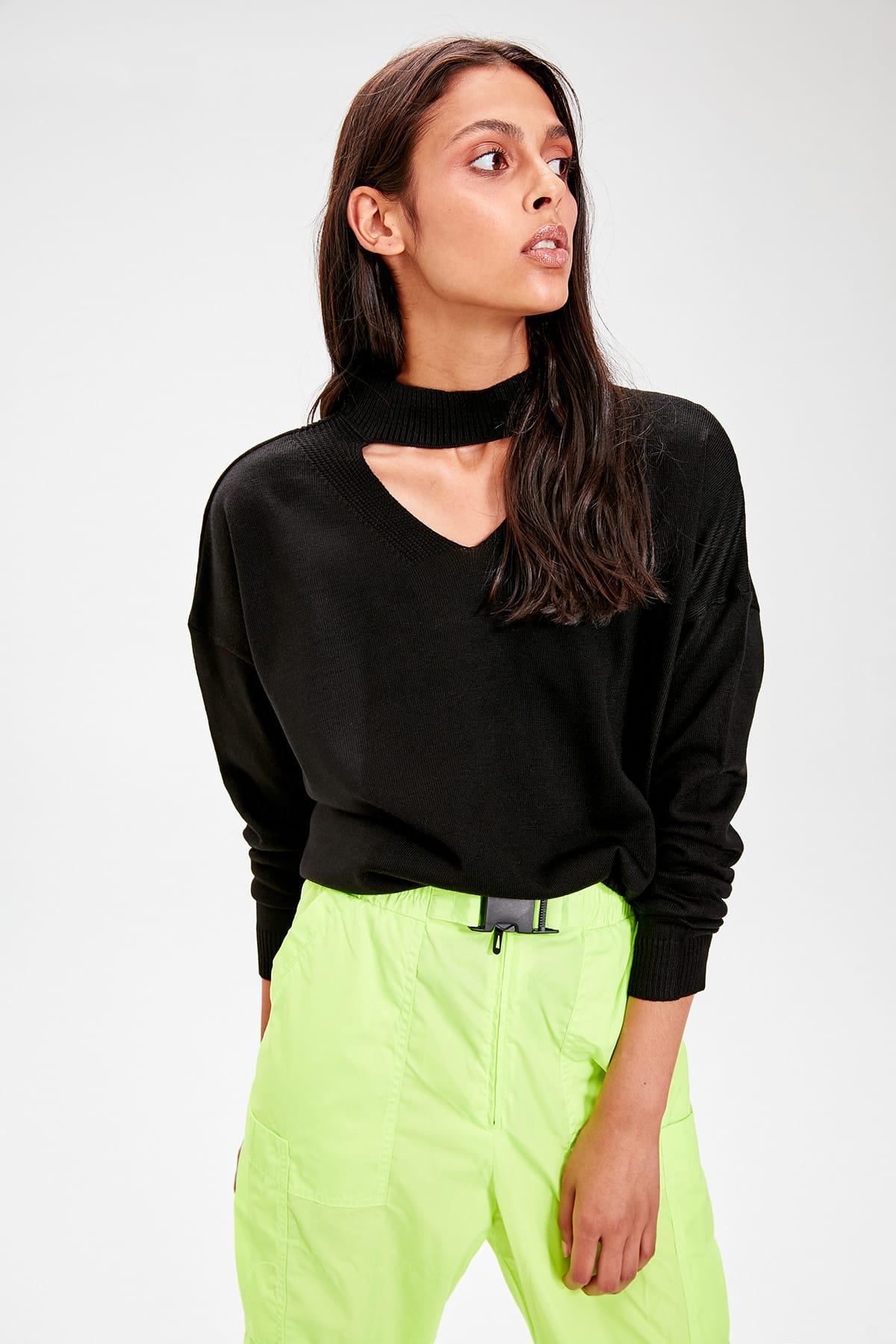 Trendyol Black V-Neck Knitwear Sweater TWOAW20KZ0220