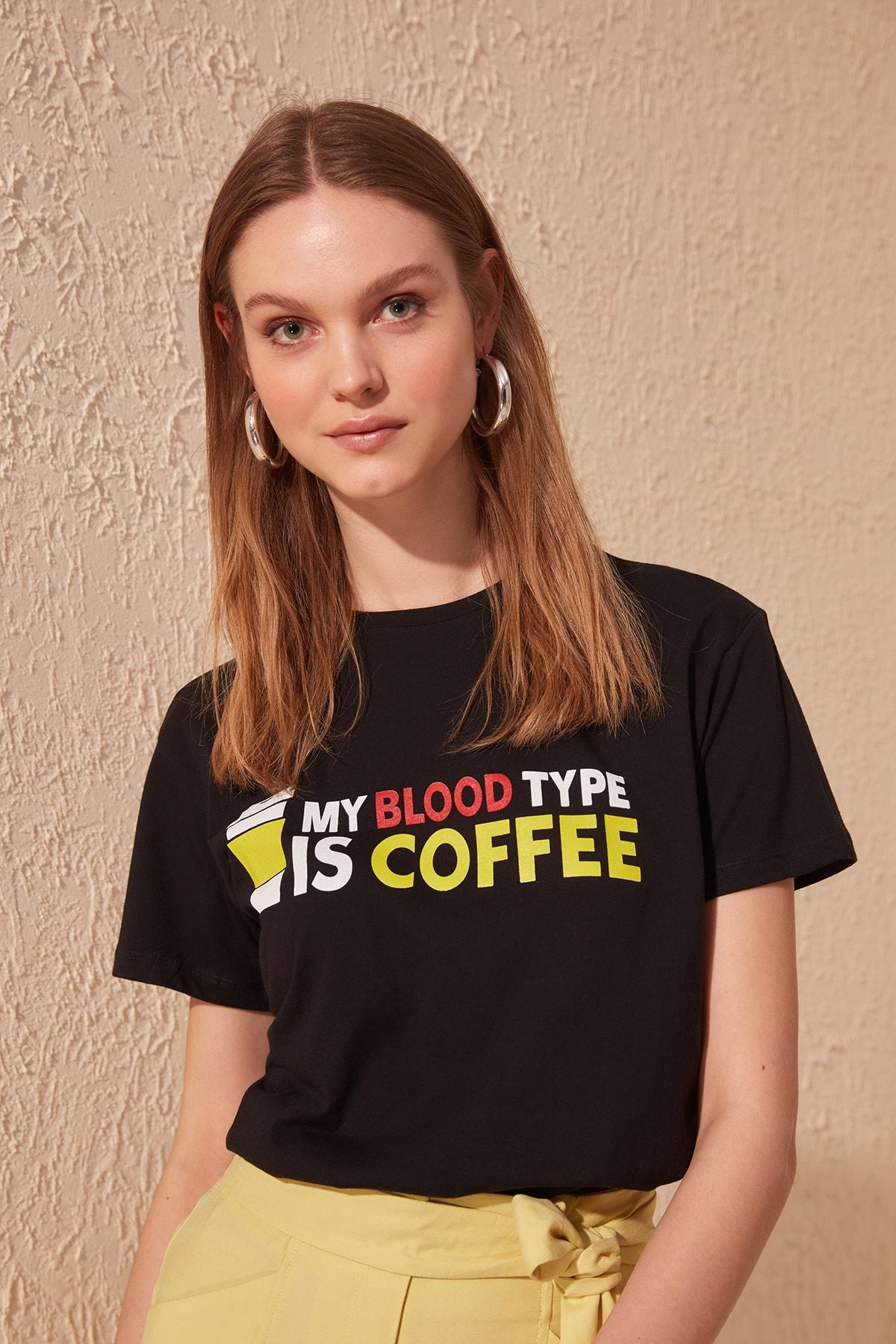 """Camiseta en color Negro para Mujer Diseño: """"Mi Tipo de Sangre es Café"""