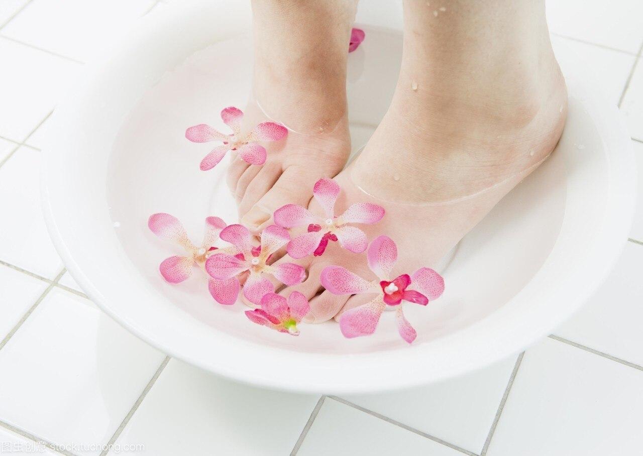 在艾灸的同时是否可以泡脚 一边泡脚一边艾灸-养生法典