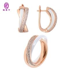 Ювелирный набор QSY. Тройные серьги и кольцо из белой керамики с фианитовыми вставками. Бижутерия из меди под золото и серебро.