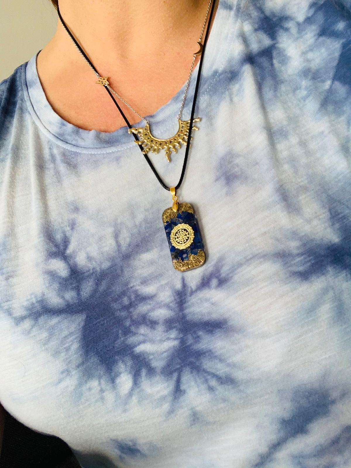 un collier pendentif orgonite de qualité