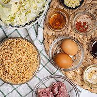 超级好吃的泰式小吃猪肉末炒方便面的做法图解1