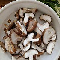 酱香浓郁的香菇鸡丝的做法图解3