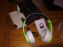 The box of course life has patted heavily, the packing is terrible, but the headphones the