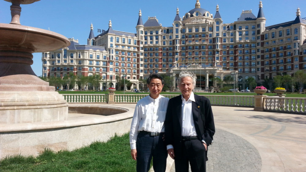 2016 年,郑荃的意大利导师莫纳西(右)最后一次来华,任第三届中国国际提琴制作比赛名誉主席.jpg
