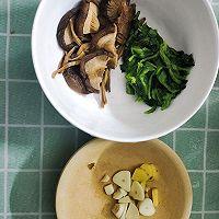 香菇酥肉黄花菜汤的做法图解2
