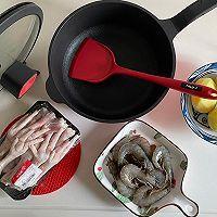 土豆鸡爪鲜虾的做法图解1