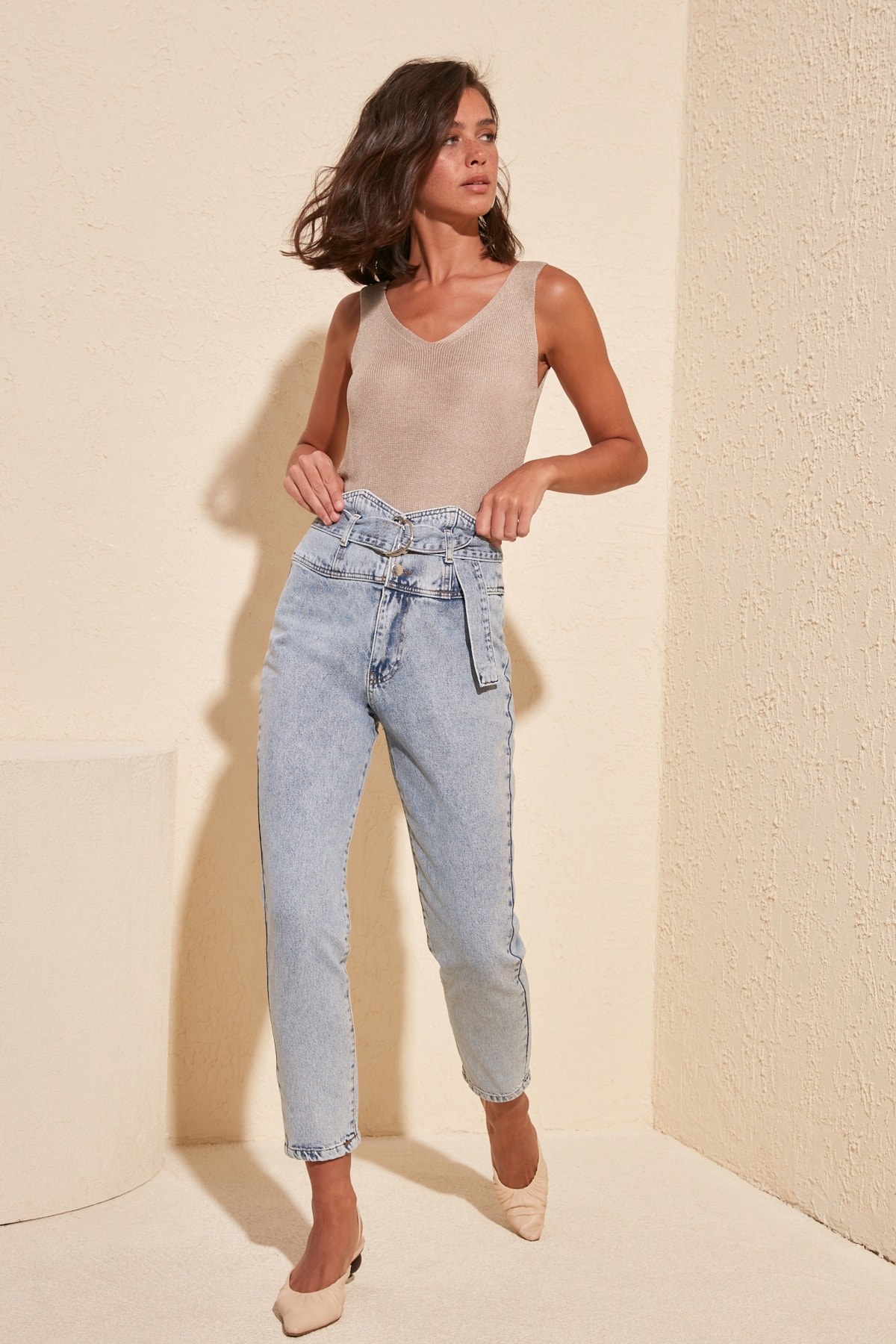 Trendyol Belt Detail Super High Waist Mom Jeans TWOSS20JE0042