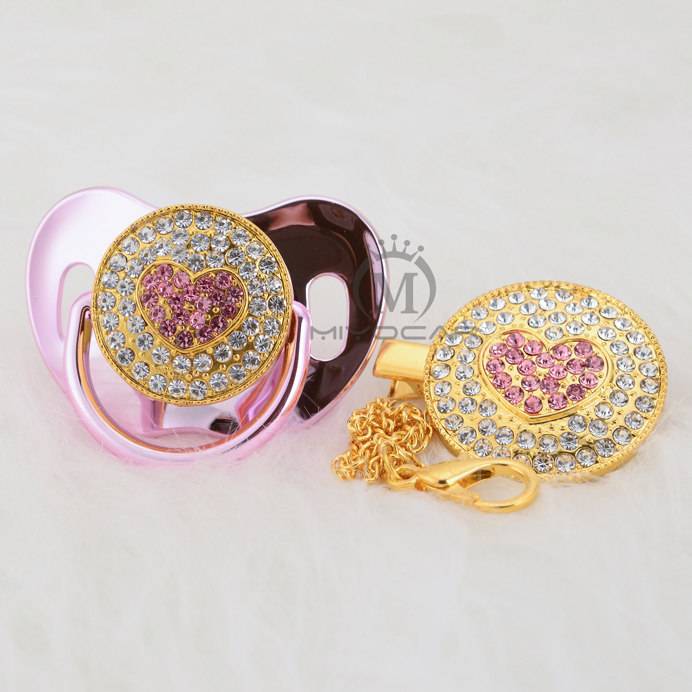 Купить с кэшбэком MIYOCAR bling pink sweet heart pacifier dummy and pacifier clip holder set BPA free FDA grade special gift for baby shower AH-1